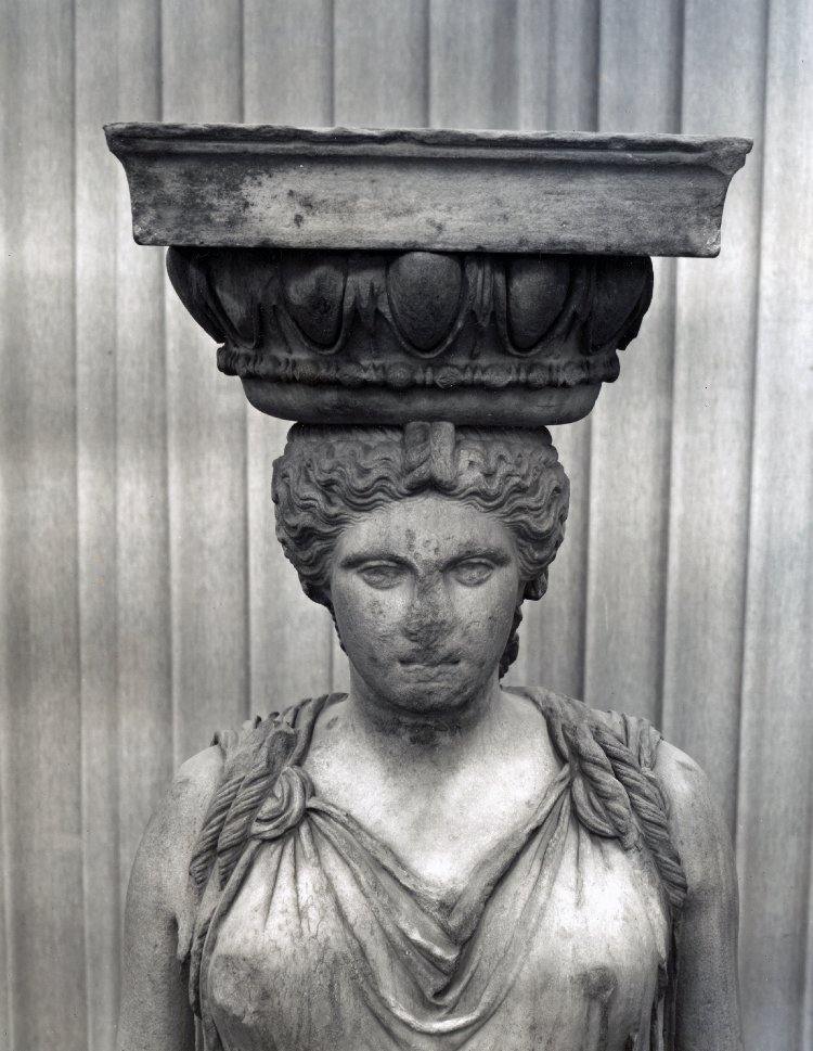 Cariátide (c. 415 ANE) originalmente emplazada en el Erecteion, hoy día en el British Museum. Fuente: www.britishmuseum.org
