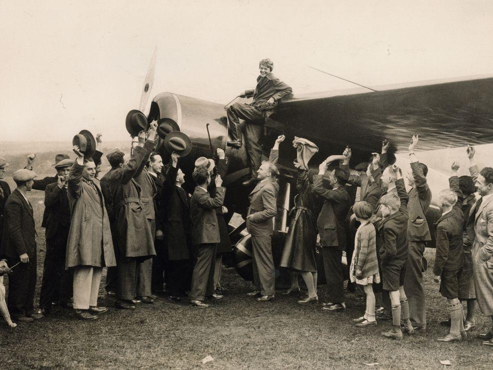 Amelia Earhart celebrando su primer vuelo transatlántico en solitario