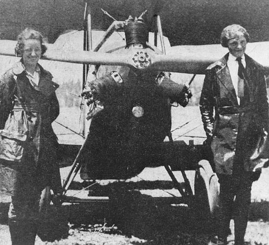 """Neta Snook y Amelia Earhart junto al Kinner Airster """"El Canario"""", 1921."""