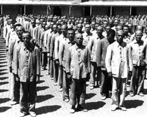 Prisioneros republicanos en un campo de concentración de la España franquista